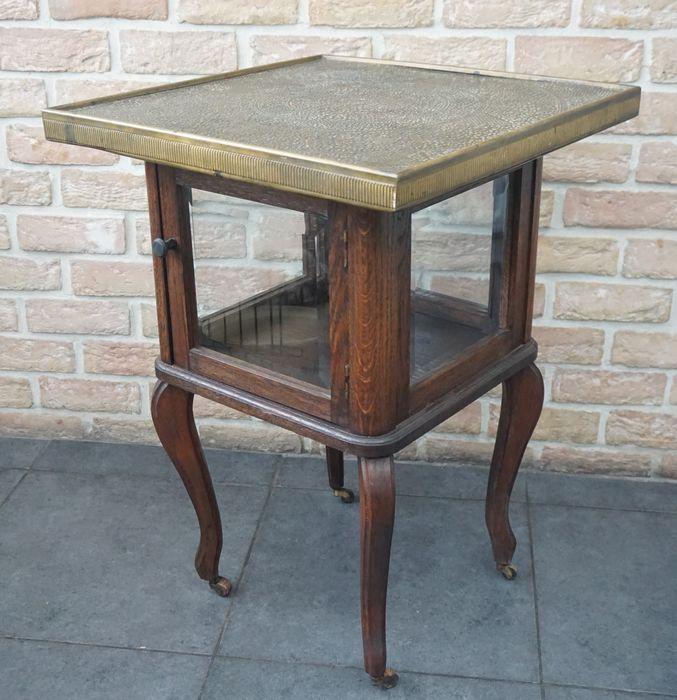 Armoire et table à thé en bois et cuivre